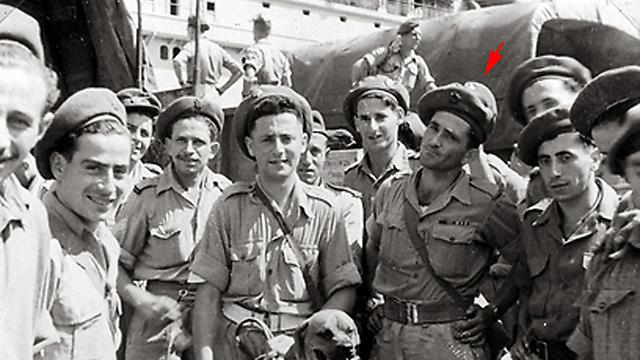 עם פקודיו בפלוגת התובלה בנמל נאפולי במדי הצבא הבריטי ()
