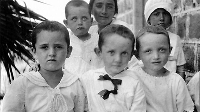 מצד שמאל למטה בצילום מ-1918 ביבנאל ()