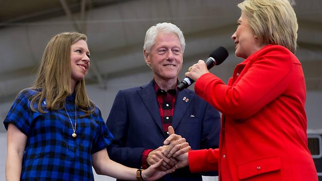 הילרי, ביל וצ'לסי (צילום: AP) (צילום: AP)