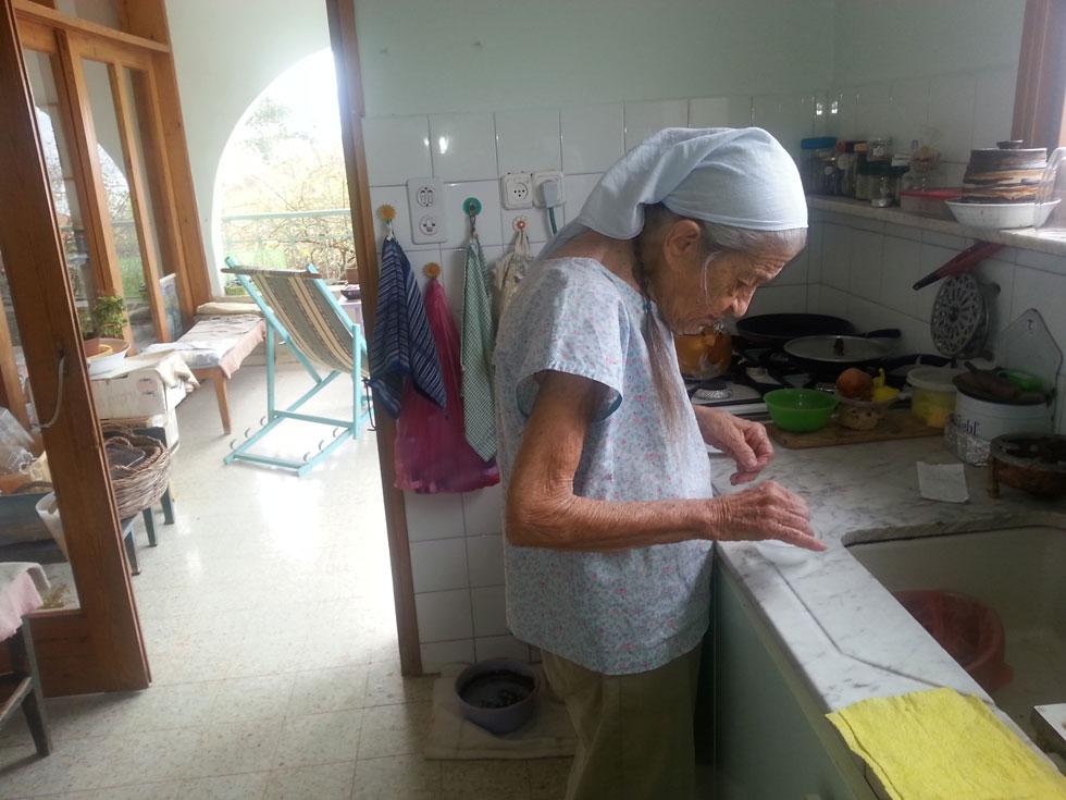 """במטבח. בסוף הפוסט יש לינק למתכון שלה ל""""עוגת גבינה משובחה במיוחד"""" (צילום: רחל מפטש)"""