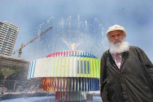 ליד יצירתו הידועה ביותר בישראל, וגם השנואה ביותר על רבים: מזרקת ''אש ומים'' בכיכר דיזנגוף (צילום: שאול גולן)