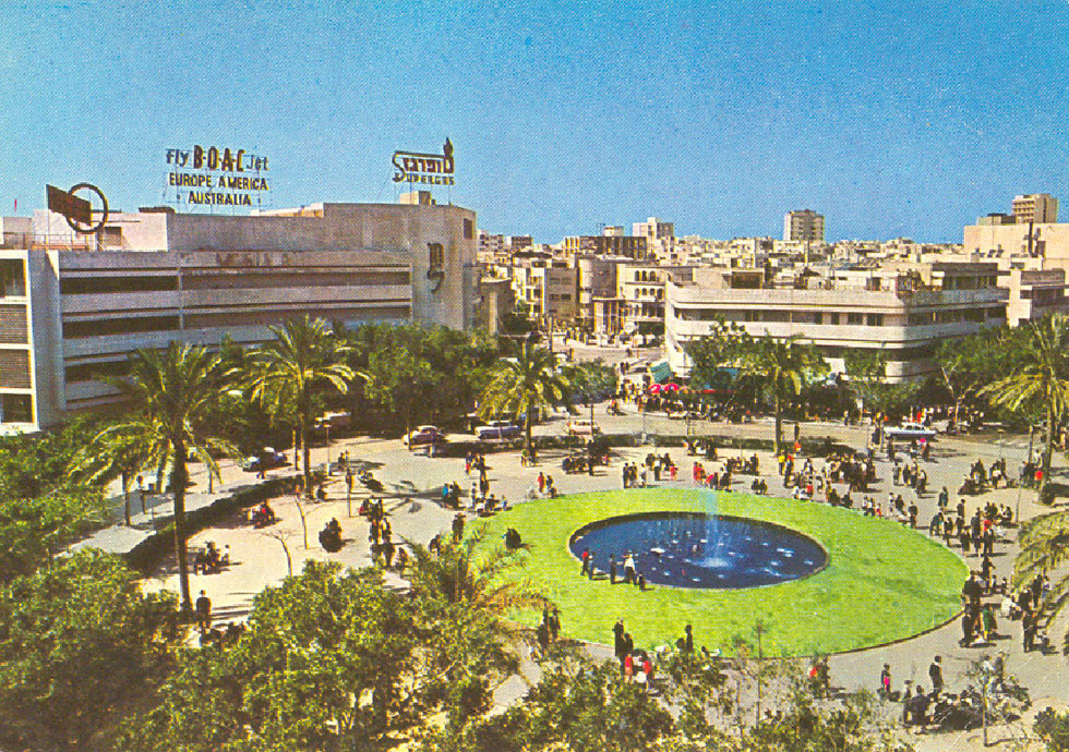 השנה כבר לא 1938 אלא 2016, אך הכיכר עומדת להיות דומה לתצלום הזה. מזרקה במרכז, ירק ועצים מסביב, ושולחנות בתי קפה במעטפת (אוסף ארכיון אדריכלות ישראל)