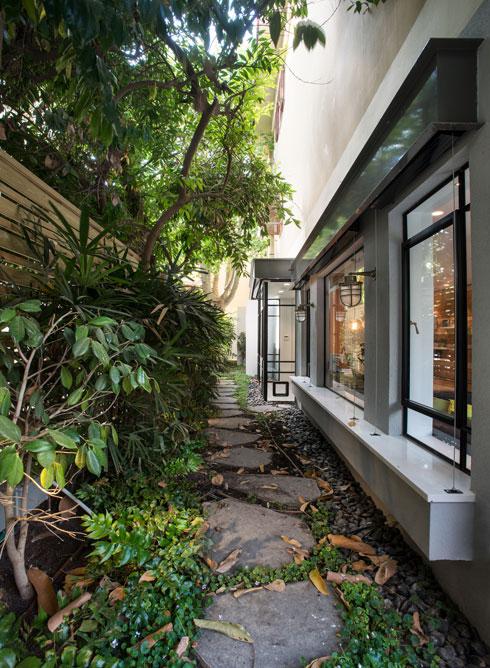 השביל המוביל לחצר של ההורים. מימין: החלונות של פינת האוכל (צילום: ארקדי רסקין ואלכס פרלמן)