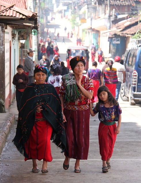 הלבוש המסורתי בגואטמלה (השוק באיזור נבך) (צילום: סיגל יושע)
