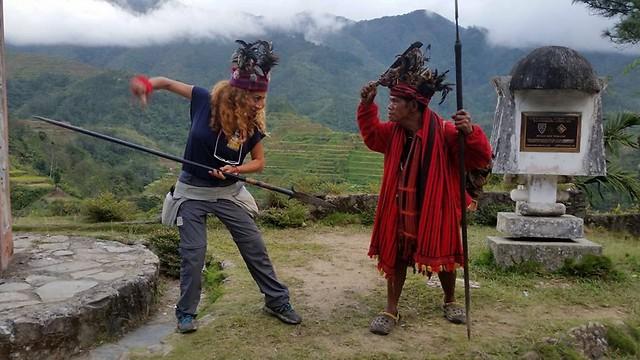מי ינצח, שבט האיפוגאו או המלכה? מפגש תרבויות בפיליפינים (צילום: מלי זנזורי)