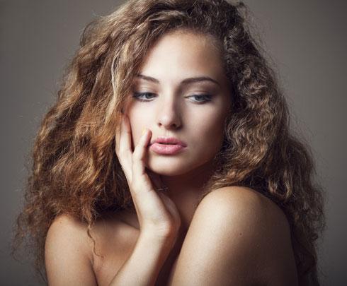 סובלת מפריז בשיער? הימנעי משפשוף השיער במגבת (צילום: shuterstock)