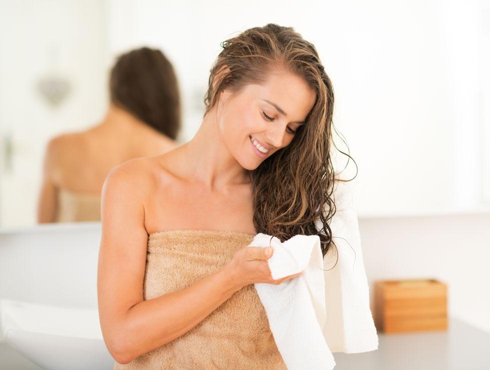 מגבת חמה מגבירה את יעילותם של החומרים הפעילים (צילום: shuterstock)