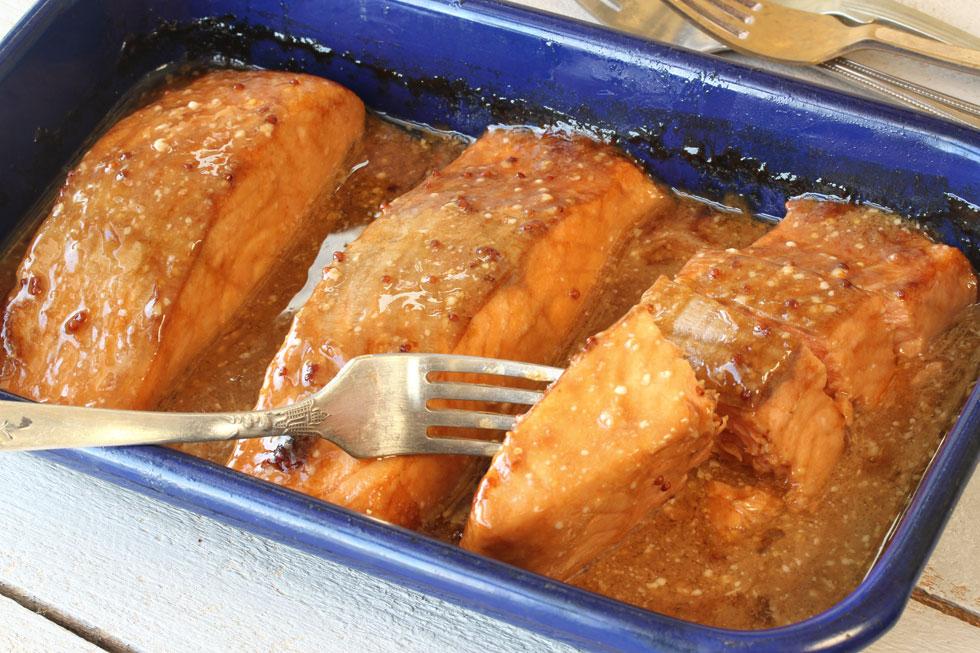 סלמון בתנור ברוטב לימון וחרדל (צילום: אסנת לסטר)