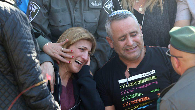 Hadar Cohen's parents at the funeral (Photo: Motti Kimchi)
