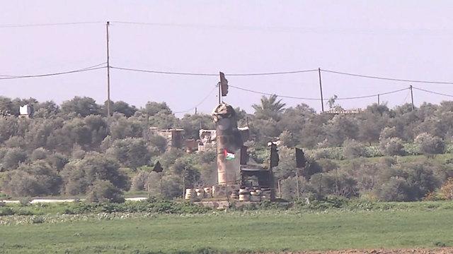 דגל דאעש יחד עם דגל של פלסטין (צילום: רועי עידן) (צילום: רועי עידן)
