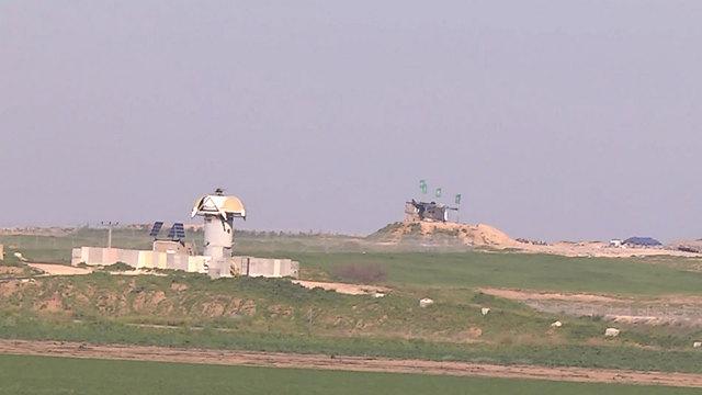"""זה מול זה. מוצבים של צה""""ל ושל חמאס (צילום: רועי עידן) (צילום: רועי עידן)"""