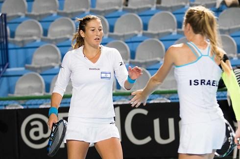 Шахар Пеэр и Юлия Глушко на корте. Фото: Ассоциация тенниса