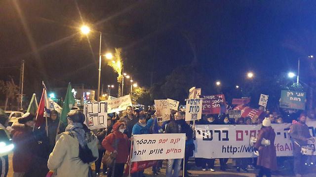 המפגינים בחיפה (צילום: עידו בקר) (צילום: עידו בקר)
