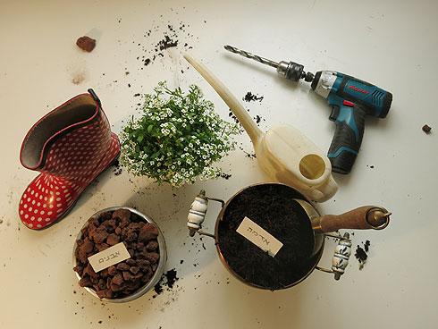 החומרים להכנת עציצי מגפיים (צילום: גלית כהן רודה)