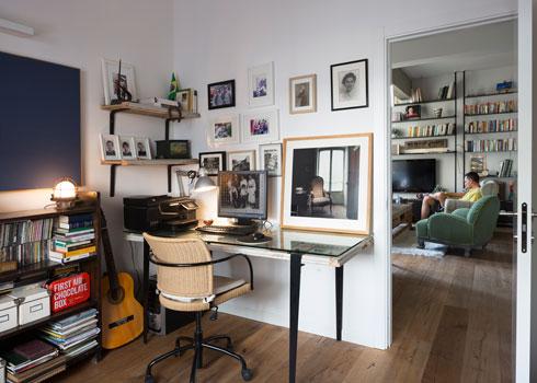 בחדר העבודה והאורחים שולחן שהמשטח שלו הוא דלת ישנה (צילום: שי אפשטיין)