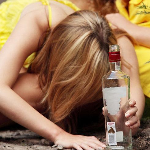 """""""שותים בבית של מישהו או ביער"""" (צילום: shutterstock) (צילום: shutterstock)"""