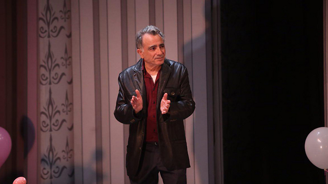 איבגי בהצגה שבה פנה לקהל והציג את עמדתו (צילום: מוטי קמחי) (צילום: מוטי קמחי)