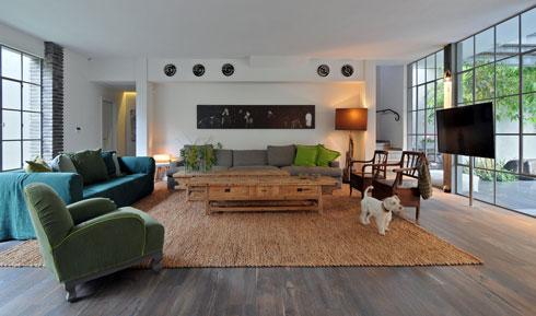 וזה סלון הווילה שמכרו: מזהים את הספה, שולחן הקפה והכורסה? (צילום: שי אדם )