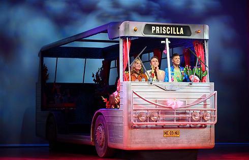 האוטובוס הצבעוני בדרך לישראל ()