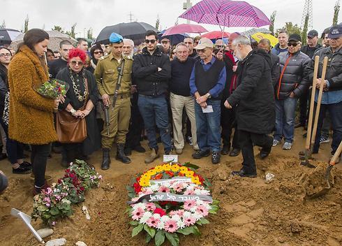 חברים ומשפחה מעל קברה של ענת דולב (צילום: עידו ארז) (צילום: עידו ארז)