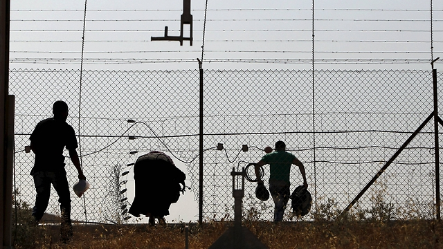 Palestinian workers illegaly entering Israel (Photo: Reuters)