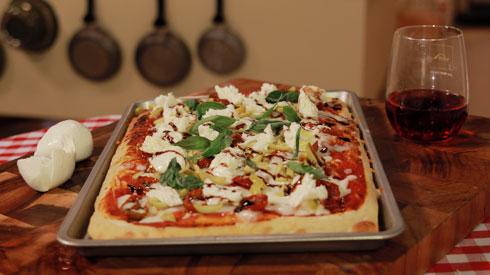 פיצה סיציליאנה עם מוצרלה טרייה, עגבניות, זיתים וקרם בלסמיקו (באדיבות ענני תקשורת )