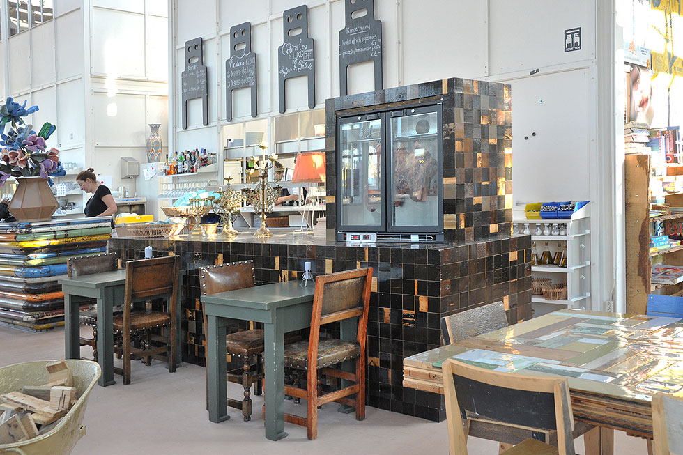 תחנה אחרת בטיול היא מתחם העיצוב של פיט היין אייק, שבו סדנת ייצור, חנות ומסעדה. כאן יתקיים מפגש קבוצתי עם המעצב, שידוע בחיבתו לשימוש בחומרים ישנים (צילום: באדיבות  piet hien eek)