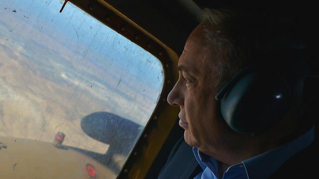 Netanyahu takes air tour of area (Photo: Kobi Gideon)