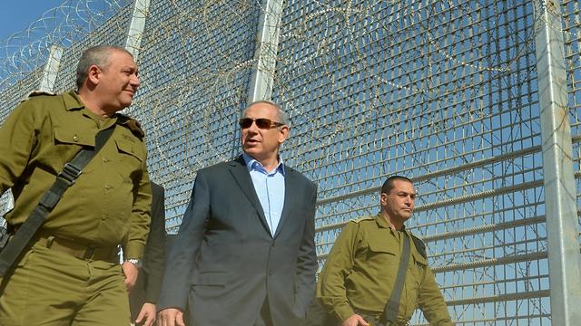 Chief of Staff Gadi Eisenkot (left) and Prime Minister Benjamin Netanyahu touring the eastern fence (Photo: Kobi Gideon)
