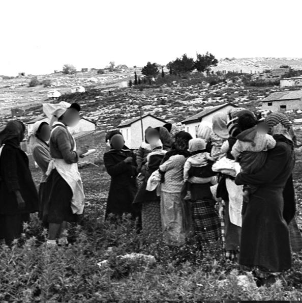 """עולות מתימן ליד מרפאת אחיות בשנות ה-50. """"הייתה חשיבה שהעולים האלה לא מסוגלים לגדל ילדים"""", צילום: לע""""מ"""