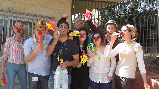 """עובדי חברת סונול מתכוננים ליום שכולו צחוק למען אוכלוסיית מועדון נכים - נתניה (צילום: ימ""""ט)"""