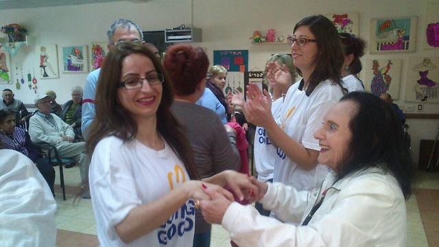 """אלקטרה בפעילות לא שגרתית עם קשישים בבית אבות עירוני - ראשון לציון (צילום: ימ""""ט)"""