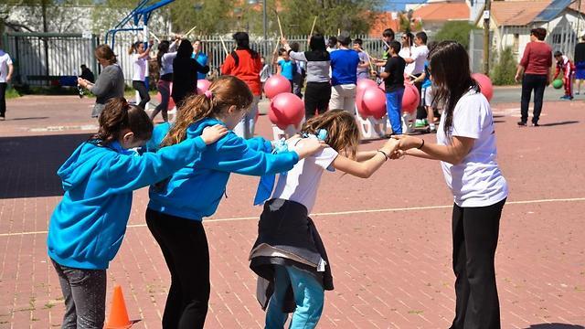 """עובדי חברת נתיבי לכת מקיימים יום ספורט עם תלמידי בית ספר נווה הדר - נתניה  (צילום: ימ""""ט)"""