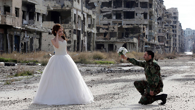 חתן וכלה בחומס בשנה שעברה (צילום: AFP)
