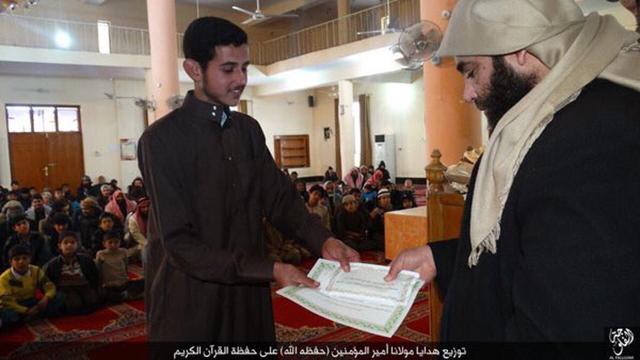 אל-בגדדי בטקס הקראת קוראן עם נערים בעיראק ()