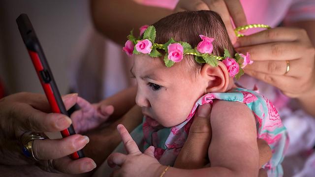 נזקים מוחיים. תינוקת מריו דה ז'ניירו הסובלת ממיקרוצפליה (צילום: EPA) (צילום: EPA)