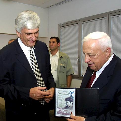 עם ראש הממשלה המנוח אריאל שרון (צילום: זום 77) (צילום: זום 77)