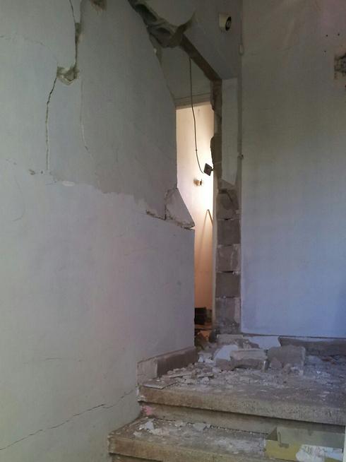 דלתות פלדה הועפו לתוך הדירות כתוצאה מהפיצוץ העז ()