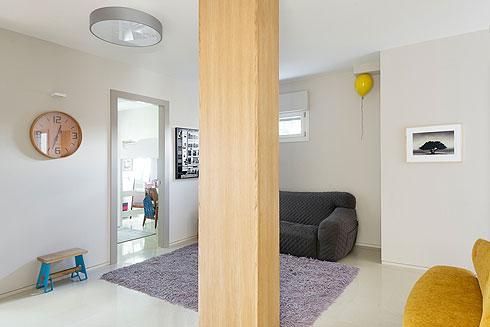 פינת משפחה עם בלון קרמיקה של סיוון שטרנבך. הפנלים בכל הדירה שקועים ומיושרים עם הקיר (צילום: גדעון לוין)