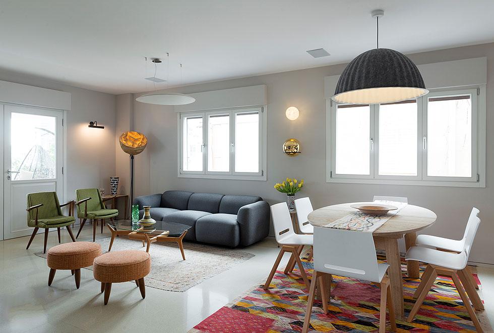 הרהיטים המרכזיים משלבים וינטג' עם מותגים אירופיים כמו Nest הבריטית, ''נורמן קופנהאגן'' הדנית ו''דיזל ליווינג'' האיטלקית. את השטיחים הביא בעל הבית מבית הספר לאריגה בשוק של מרקש באחת מנסיעותיו, ואת האגרטל רכש בדלפט, הולנד (צילום: גדעון לוין)