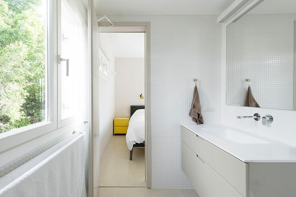 המקלחון בחדר הרחצה של ההורים תוכנן לפי הפנטזיה של בעל הבית, ועל רצפתו משטח עץ שנעים במיוחד בימים קרים (צילום: גדעון לוין)