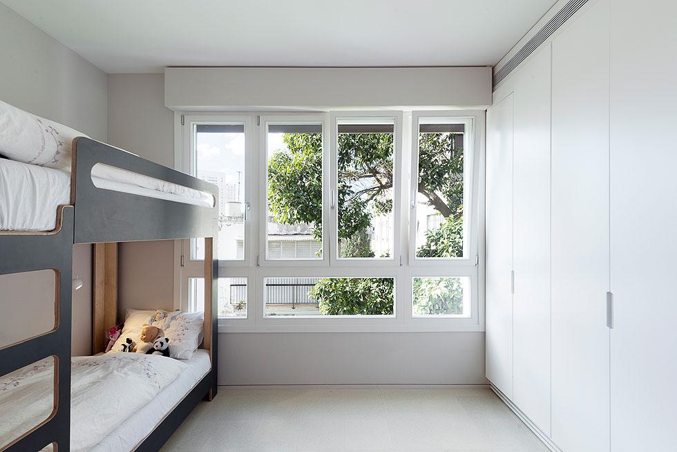 הרהיטים בחדרי הילדים תוכננו ונבנו במיוחד לדירה. הכל מוקפד מאוד - האב פרפקציוניסט, וצבעי מגיע אחת לחודש לעשות תיקונים קלים (צילום: גדעון לוין)