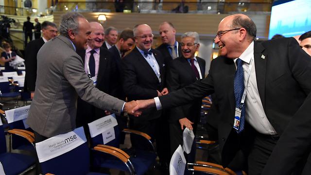 Ya'alon shaking hands with Saudi Prince Turki al-Faisal at the defense conference (Photo: Defense Ministry)