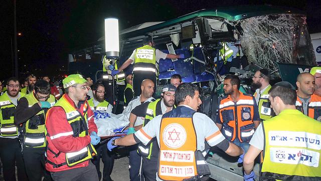 פינוי הנפגעים מזירת התאונה (צילום: יריב כץ)