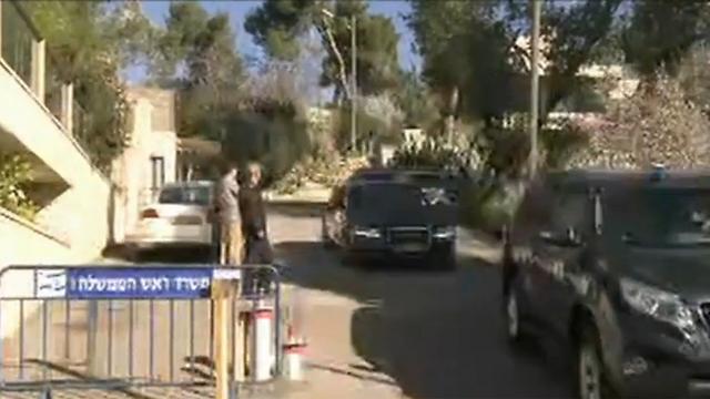 אולמרט יוצא מביתו הבוקר (צילום: עפר מאיר) (צילום: עפר מאיר)
