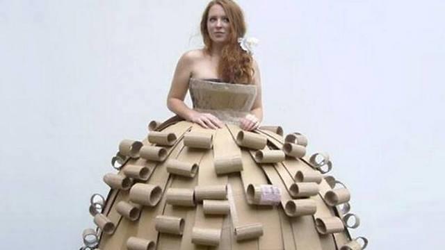 שמלת נסיכה מקרטון ממוחזר. אנחנו גם היינו מציירים עליה!  (צילום: מתוך עמוד הפייסבוק: EcoDaisy )
