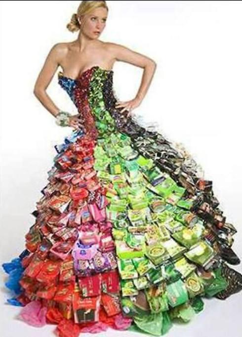 מלכת אסתר בשמלת אריזות חטיפים. מה אחשוורוש היה אומר על זה? (צילום: מתוך עמוד הפייסבוק: EcoDaisy )