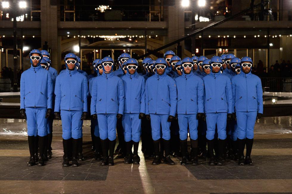 תצוגת בגדי סקי יוקרתיים בערב הכי קר של השנה בניו יורק. מונקלר (צילום: gettyimages)