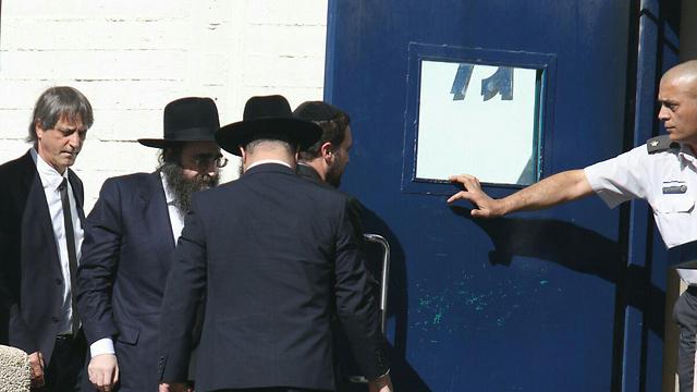 פינטו נכנס לבית הסוהר, היום (צילום: אבי מועלם) (צילום: אבי מועלם)