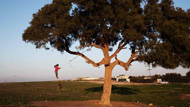 ילדים משחקים ברהט. אין תשתיות, אין עתיד (צילום: AFP) (צילום: AFP)
